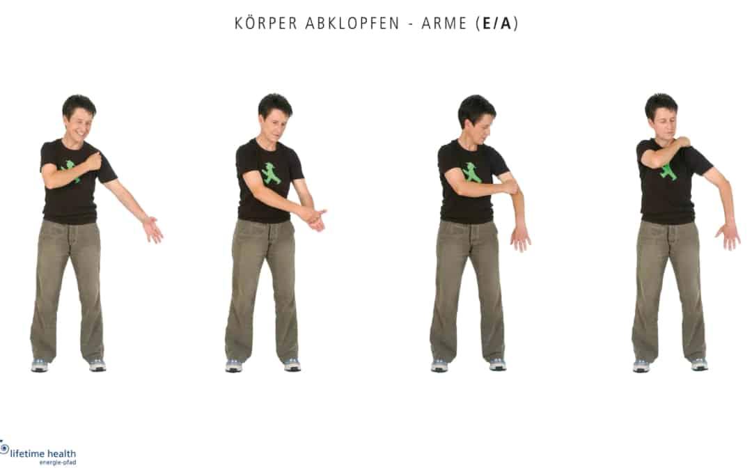 In Bewegung bleiben: Körper abklopfen —Arme